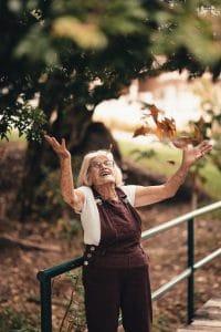 Oma-blij-bos-vallende bladeren-vreugde-gezondheid