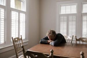Man tafel luiken dicht depressie