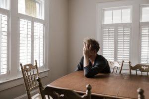 Man denken tafel depressie alleen raamluiken dicht